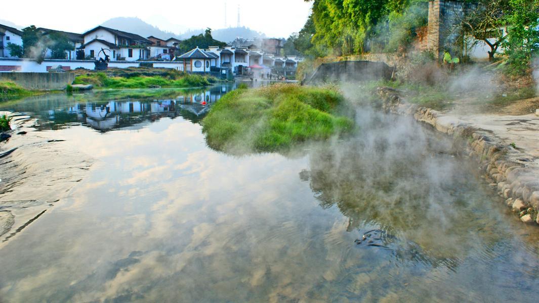 初冬的清晨,行走在湖南省汝城县热水这偏远的山区小镇,临河而立,举目张望,秀美的汤河映衬着远处隐隐约约的云翳,热气翻腾。近观,水汽在氤氲中袅袅升腾。周遭景致云雾缭绕,如梦如幻。远山近水,时隐时幻,早晨的热水如同披上了神秘面纱的少女,隐在虚无缥缈间。静观眼前的山山水水,层层叠叠。楼宇瓦屋,泼墨写意,犹如一幅幅流转的3D山水动画。置身其中,感觉如诗如画。热水,在冬日的早晨宛如仙境,游走其间,恍入梦乡。