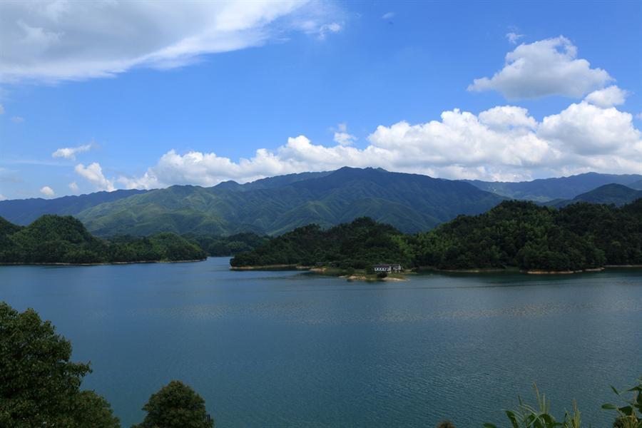 白马湖位于龙山国家森林公园