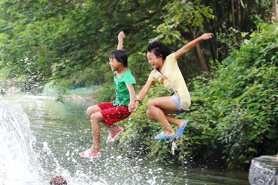 农村小女孩河边戏水照_在河边长大的 农村小女孩