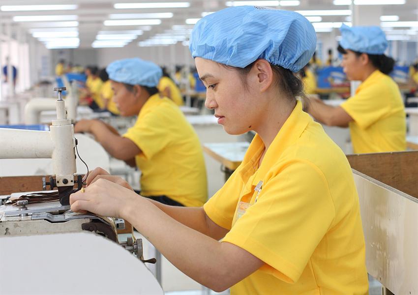 《在工业园鞋厂就业的女工》