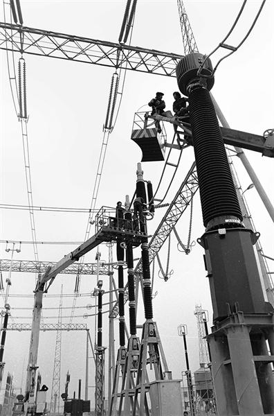 span>13《吊车组立铁塔》1984年拍摄