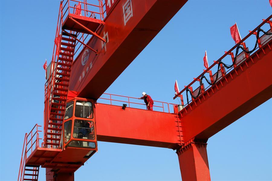 蓝天下的塔吊结构和色彩