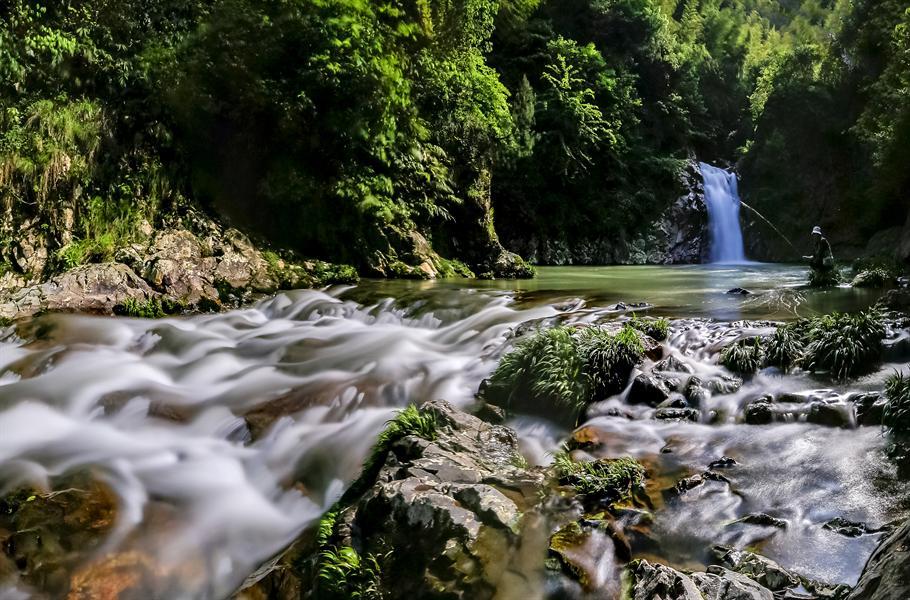 5.3美丽的花瑶旺溪瀑布群,碰巧拍到一垂钓者,很幸运碰此场景 /span>