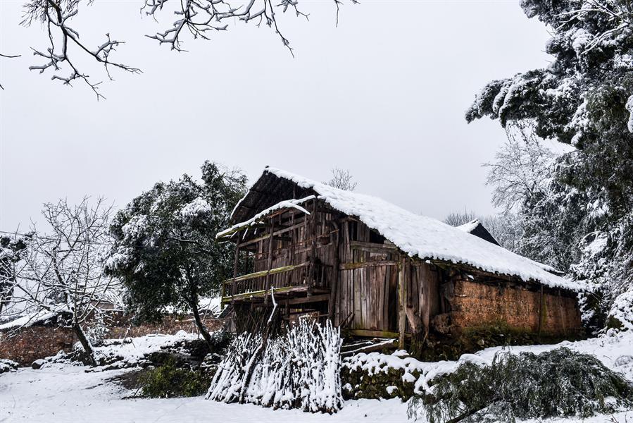 土家古老的木房子盖上了厚厚的白雪. /span>