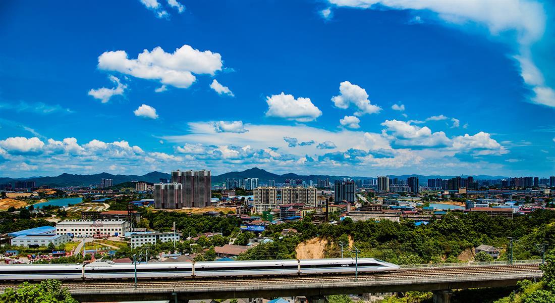 """图为2016年底全线通车的沪昆高铁穿城而过,给怀化人带来了""""说走就走"""