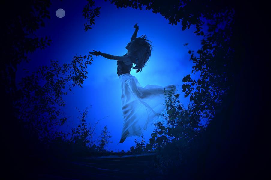 两棵古树的树枝搭在一起成圆形,扁扁起舞的美女,宛如嫦娥奔月!