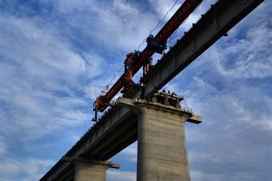 开建于2014年10月的黔张常铁路,西起重庆市黔江,途经湖北省咸丰、来凤,湖南省龙山、永顺、桑植、永定、桃源到达常德,全长339公里,其中湖南境内265公里。时至2017年11月,途经张家界永定区的高铁线路,高架已开始铺设大梁,距离高铁驶入张家界,驰骋天门山下已为时不远。20147年4月至11月,拍摄于阳湖坪路段,天门山侧影及张家界城区近在眼前。