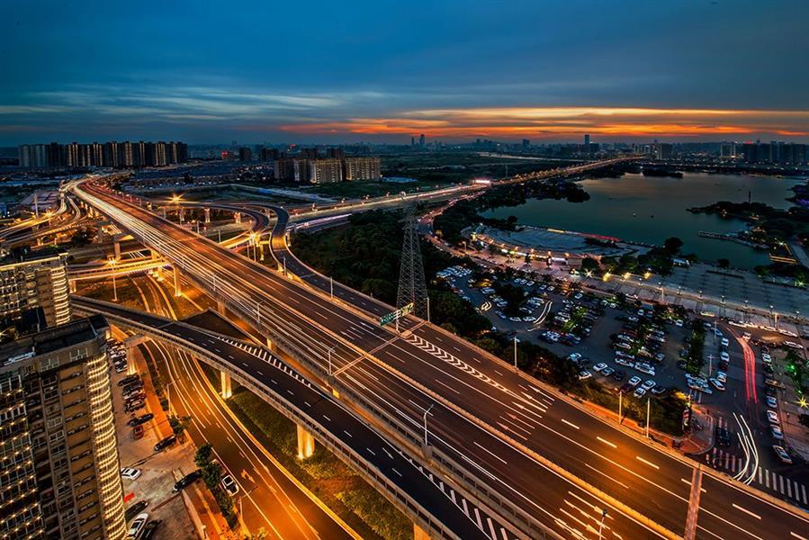上海城建集团万家丽快速路改造项目部承建的长沙万家丽路高架桥三一大道交汇口、于2015年7月 3日凌晨4点,随着最后一片重170吨的钢梁完成吊装并就位,长沙万家丽路高架桥整体跨过三一大道的全立交宣告建成,夕阳下充分展示她耀眼的光芒。