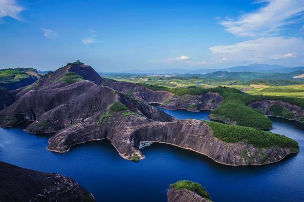 高椅岭风景区位于湖南省郴州市苏仙区桥口镇与资兴市交界处,它与飞天