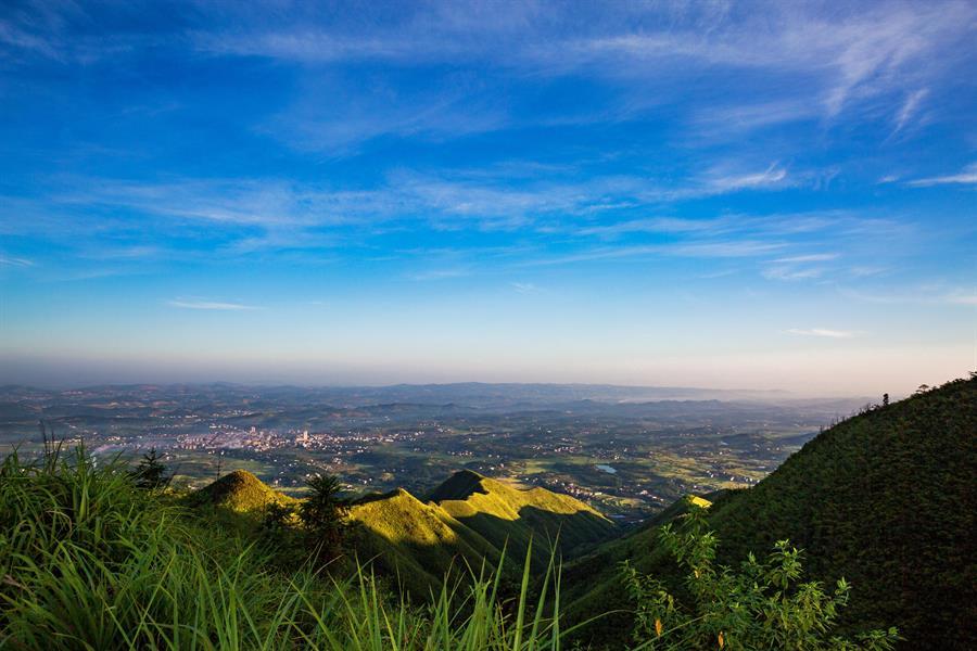 span>2017年8月摄于邵阳县五峰铺林场高霞山,从这里居高远眺,茶油之
