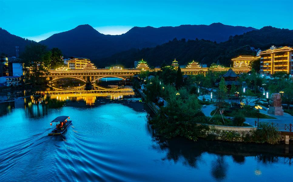 span>图为城步苗族自治县南湖公园夜景. /span>