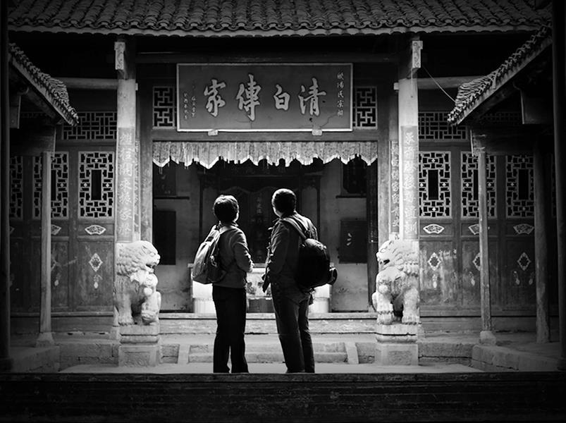 共享 16年3月宁远小桃园村祠堂里,小朋友对摄影师的到来特别高兴,争着图片