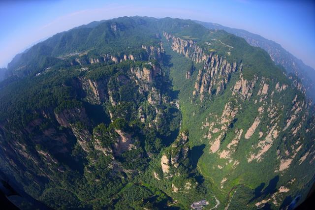 二、征稿时间 2016年4月8日至12月31日 三、征稿内容 武陵源辖区内的自然风光和人文景观。 四、参与方式 1.资质审核。影赛期间(2016年4月8日至12月31日),摄影者办理参赛证须先由湖南日报社新闻影像中心进行资质审核(联系电话:0731-84329973)。审核通过后,摄影者本人凭有效身份证件到张家界市武陵源区旅游和外事侨务局办理参赛证(地址:张家界市武陵源区军地坪桂花路,联系电话:0744-5611109)。 2.